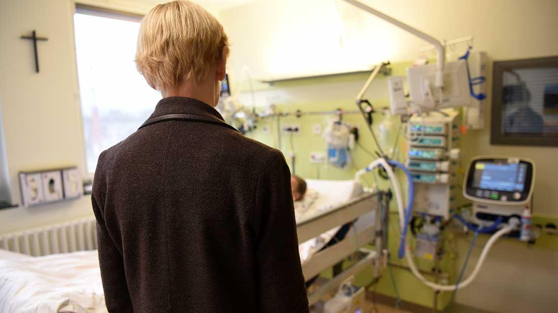 Frau am Krankenbett Symbolfoto: Michael Bönte