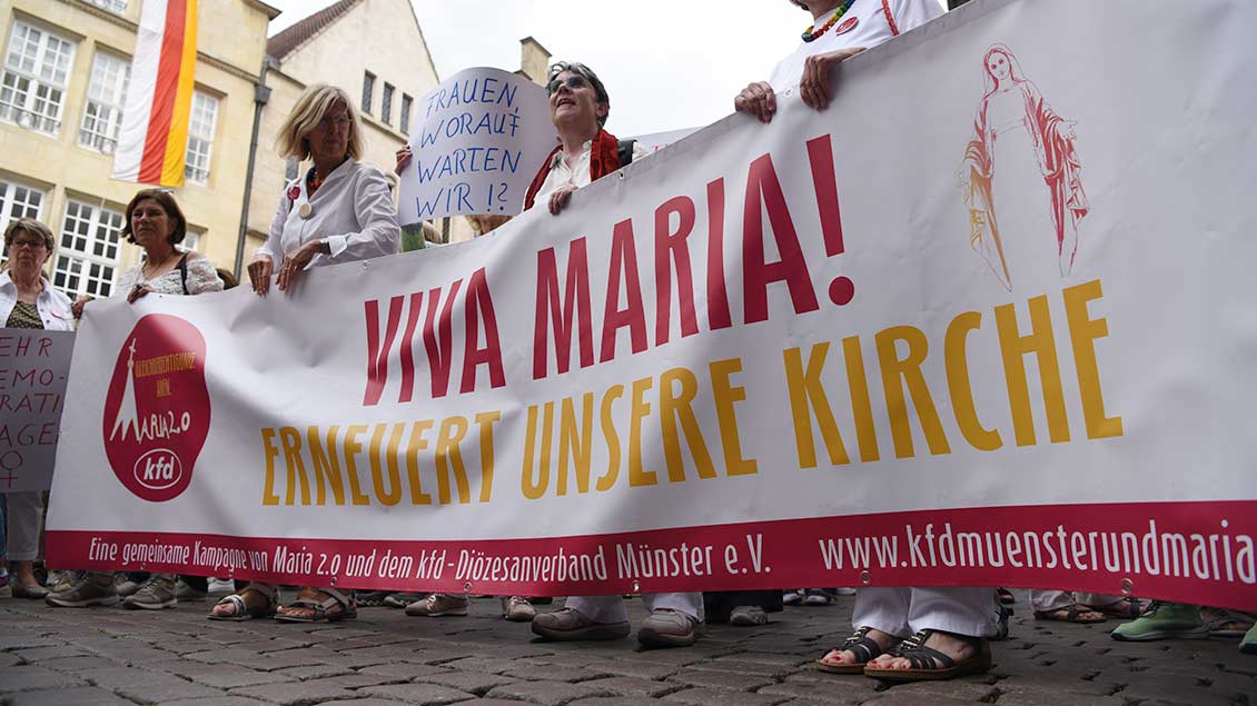 Frauen demonstrieren mit einem Banner für die Bewegung Maria 2.0