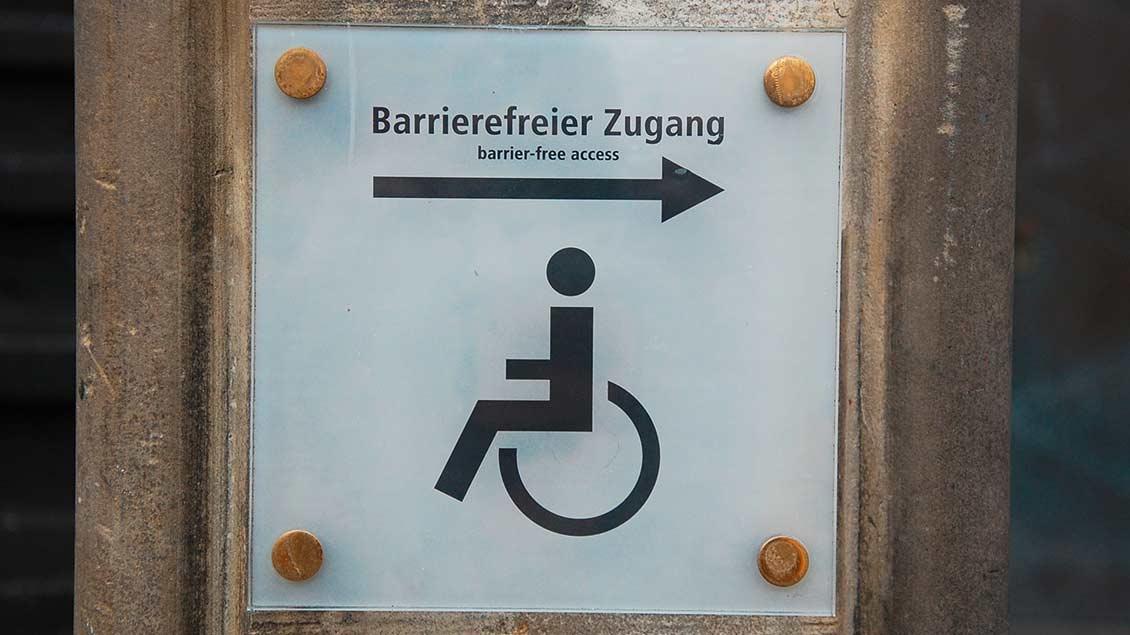 Schild weist auf barrierefreien Zugang hin.