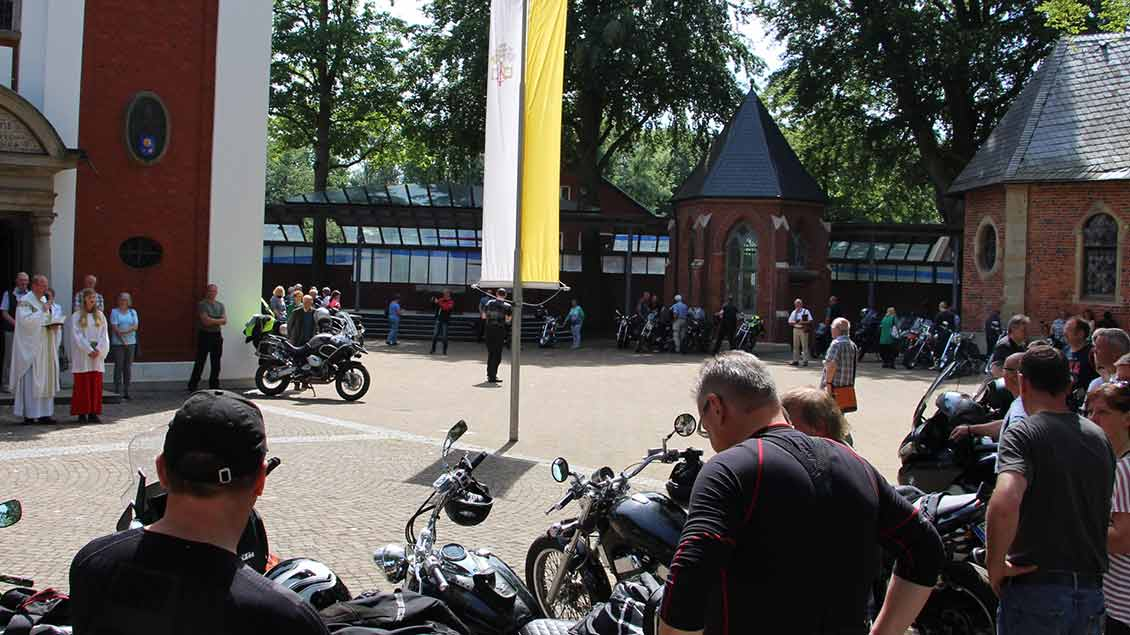 Laute Tradtion mit stillen Momenten: Im Juni kommen die Biker zur Motorradwallfahrt nach Kevelaer. | Fotos: Bönte, Bernard, pd, Himstedt