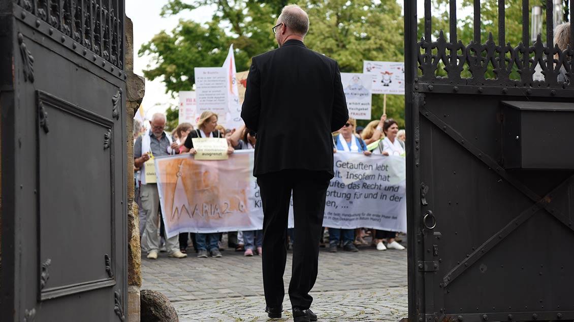 Demonstration vor dem Bischofshaus in Münster: Die Bewegung Maria 2.0 war im Juli mit etwa 1000 Teilnehmerinnen unterwegs, um ihre Forderungen zu Reformen in der Kirche zu untermauern. | Fotos: Bönte, Bernard, pd, Himstedt