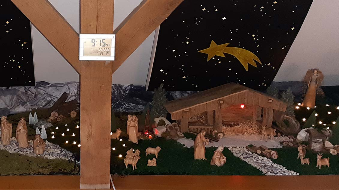Die Krippe von Birgit Helmig wächst von Jahr zu Jahr. Vor drei Jahren bekam sie zu Weihnachten von ihren Schwiegereltern die ersten Figuren und den Stall. In jedem Jahrkommen neue Figuren hinzu. | Foto: Birgit Helmig