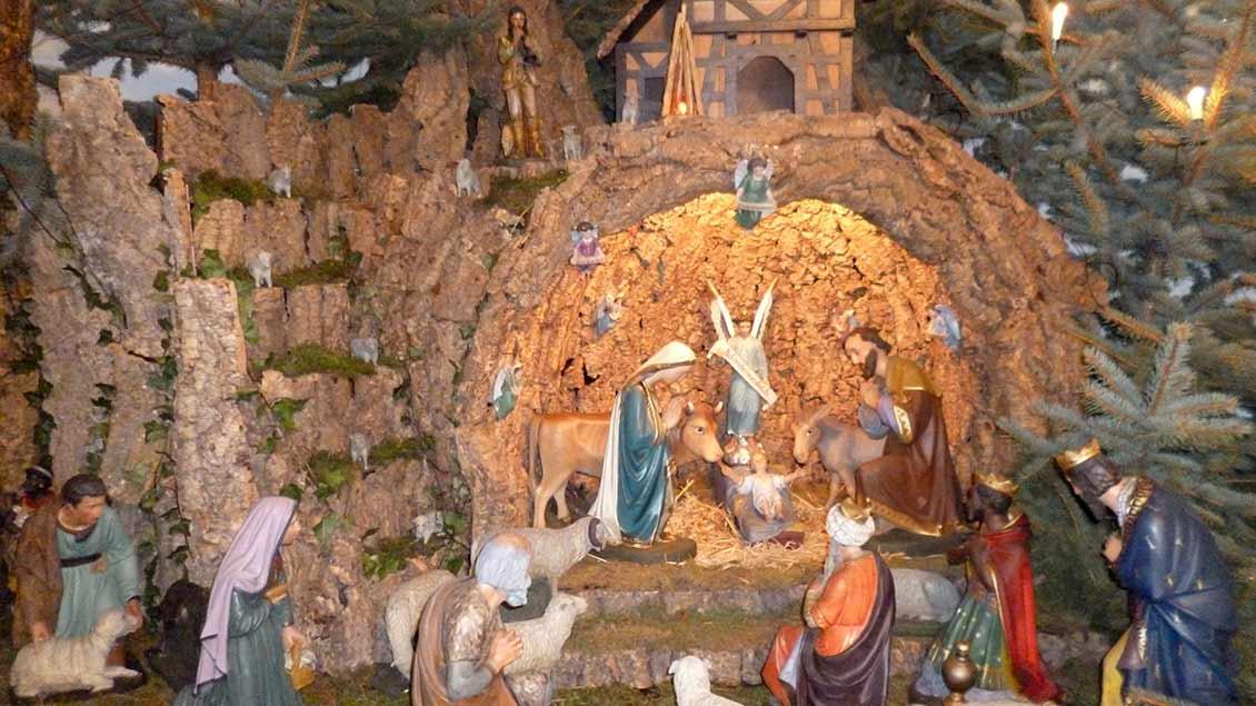 Die Gips-Figuren der Krippe in der St.-Ludgerus-Kapelle Herzebrock-Möhler stammen aus dem Ende des 19. Jahrhunderts. Der Stall von 1929 besteht aus Korkrinde. | Foto: Stephan Trostheide