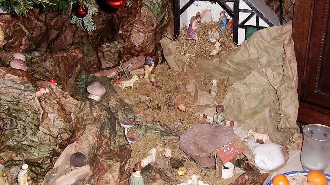 Für Christoph Kämmerling wird mit seiner Krippe in jedem Jahr ein Stück Familiengeschichte lebendig. In den 1960-er Jahren kaufte sein Vater Stück für Stück die einzelnen Figuren und baute den Stall, der einem niederrheinischen Bauernhaus nachgebildet ist. | Foto: Christoph Kämmerling
