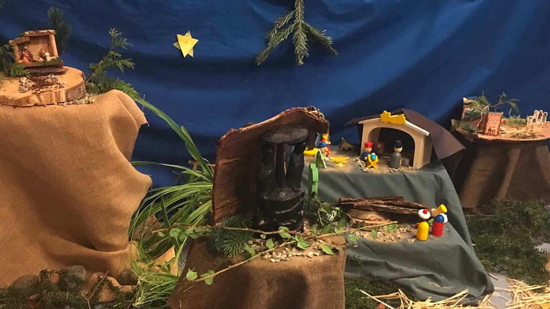 In einer Kindertagesstätte im Bistum haben Kinder Krippen von Zuhause mitgebracht und gemeinsam in der Kita aufgestellt. So ist eine bunte Krippenlandschaft entstanden. | Foto: Marion Borgmann
