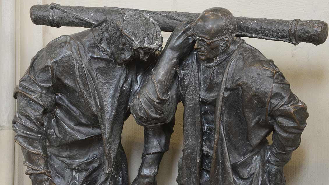 Karl Leisner hilft als Simon von Cyrene Jesus, das Kreuz zu tragen.