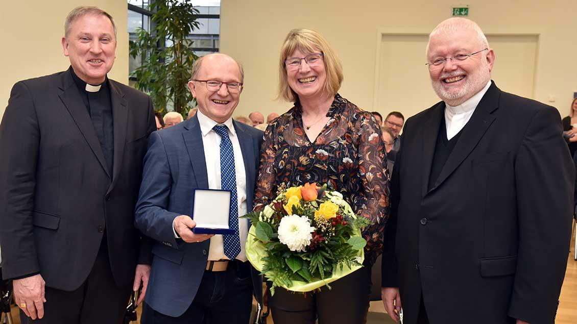 Weihbischof Wilfried Theising, Siegfried und Hedwig Looschen, Offizialatsrat Bernd Winter.