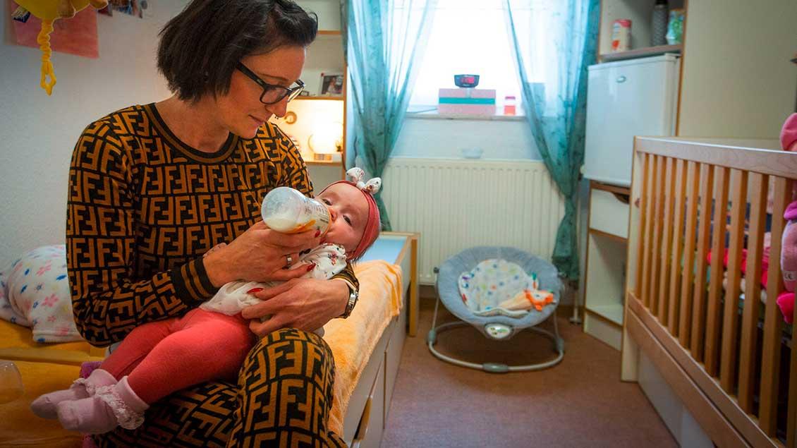 Melanie P. gibt ihrer Tochter Amara-Sofie die Flasche in der Justizvollzugsanstalt Vechta.