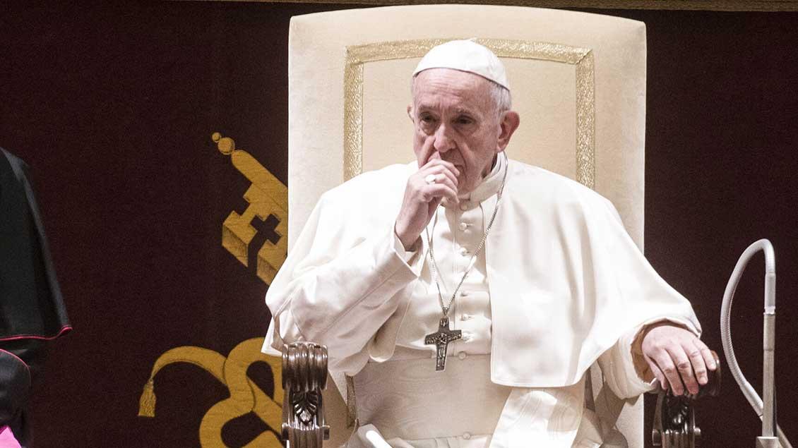 Papst Franziskus sitzt nachdenklich auf seinem Stuhl