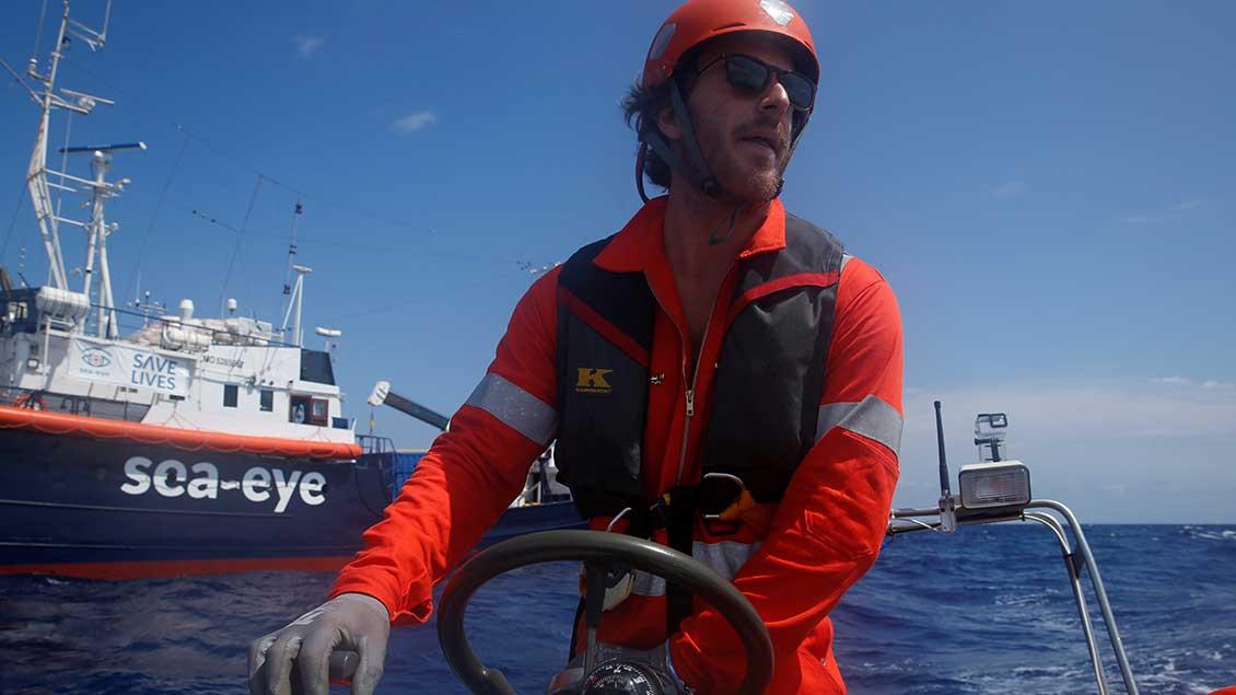 """Crew-Mitglied der """"Alan Kurdi"""" bei einer Übung auf dem Mittelmeer. Foto: Darrin Zammit Lupi (Reuters)"""