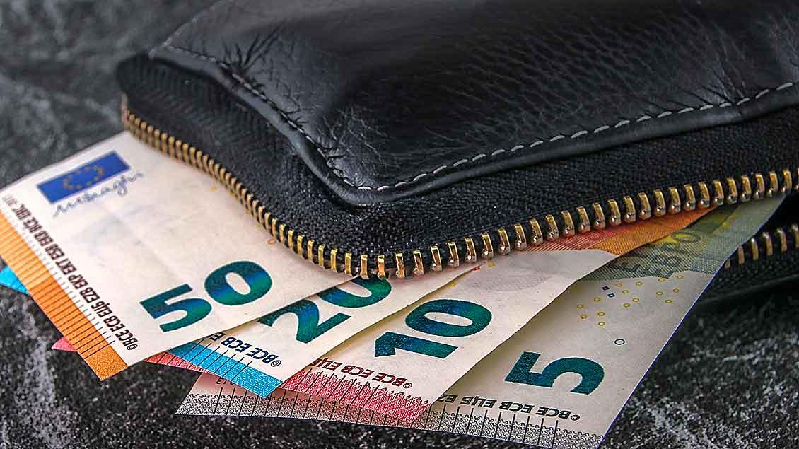 Geldscheine in schwarzer Brieftasche.