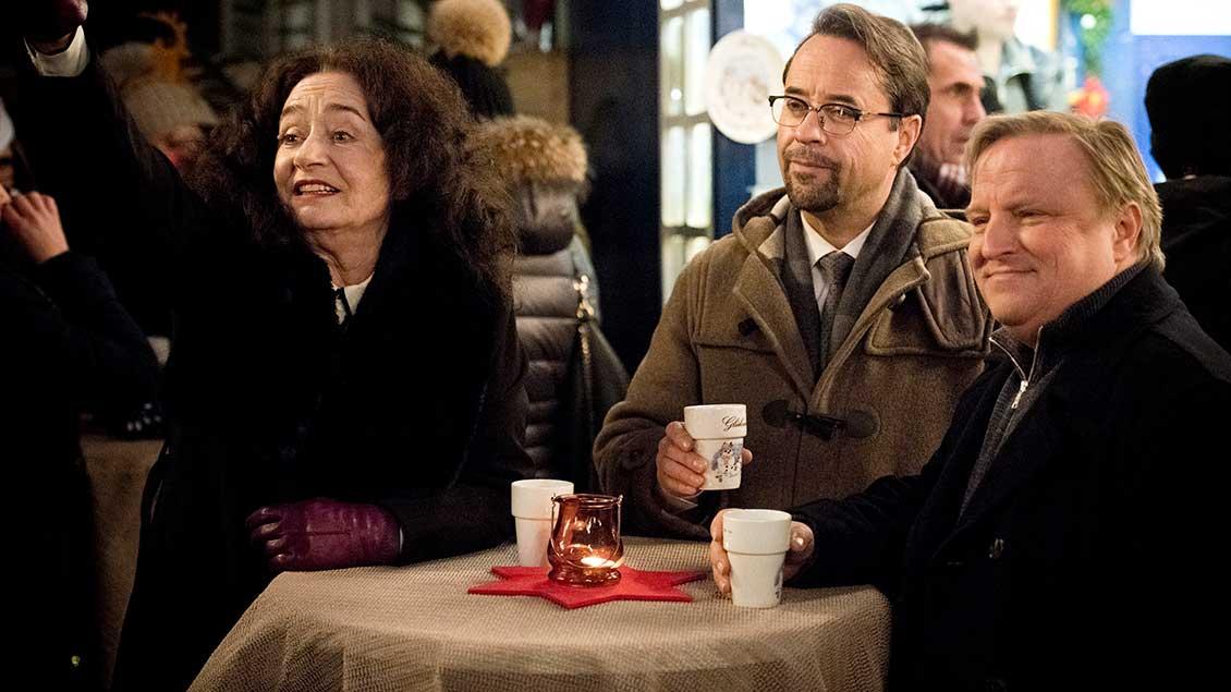 Staatsanwältin Wilhelmine Klemm, Kommissar Frank Thiel und Professor Karl-Friedrich Boerne (Jan Josef Liefers beim Glühwein auf dem Weihnachtsmarkt