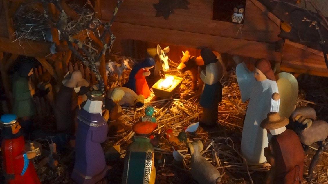Die Krippe von Herbert Thissen aus Pfalzdorf am Niederrhein wird ab dem ersten Advent aufgebaut. Maria und Josef begeben sich auf den Weg nach Bethlehem. Er führt Stück für Stück durchs Wohnzimmer. Waldtiere, Schafe und Hirten begleiten sie auf dem Weg zum Stall, wo sie am 23. Dezember ankommen. Wenn das Weihnachtsglöckchen am 24. Dezember erklingt, öffnet sich die Wohnzimmertür. Zeit für die ganze Familie zum Innehalten und Staunen. Das Christkind ist da - in der Krippe - mitten in der Wohnung. | Foto: Herbert Thissen