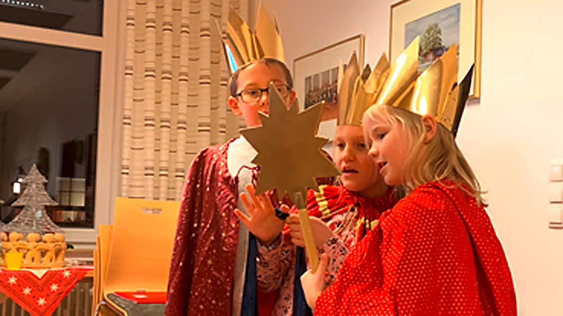 Als Sternsinger verkleidete Kinder.