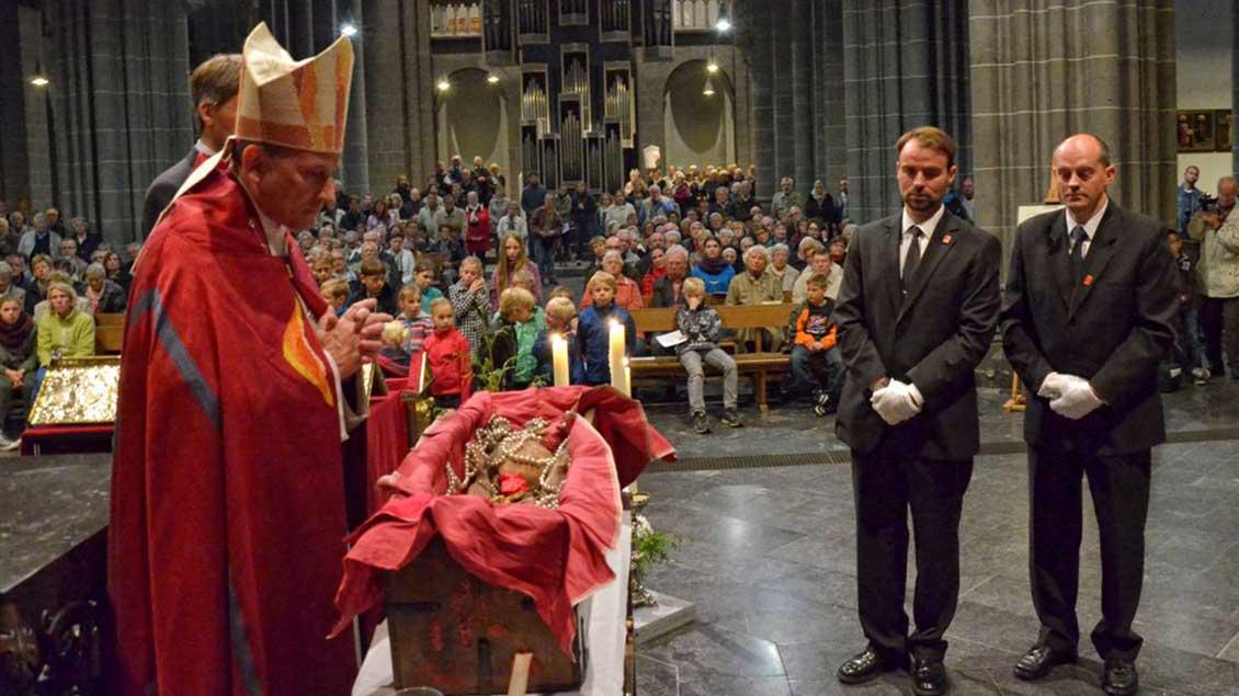 Weihbischof Wilfried Theising 2013 vor dem geöffneten Viktorschrein