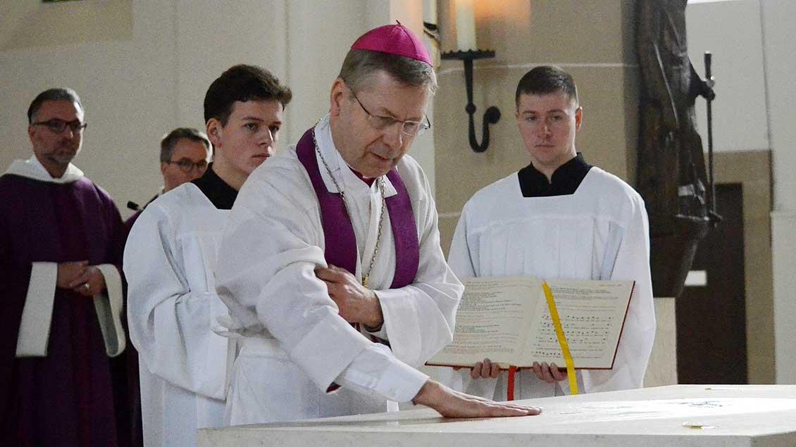 Weihbischof Stefan Zekorn salbt den Altar