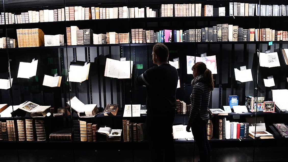 Spannend in Szene gesetzt: Die Bibeln sind in zwei langen Glasvitrinen ausgestellt.   Foto: Michael Bönte
