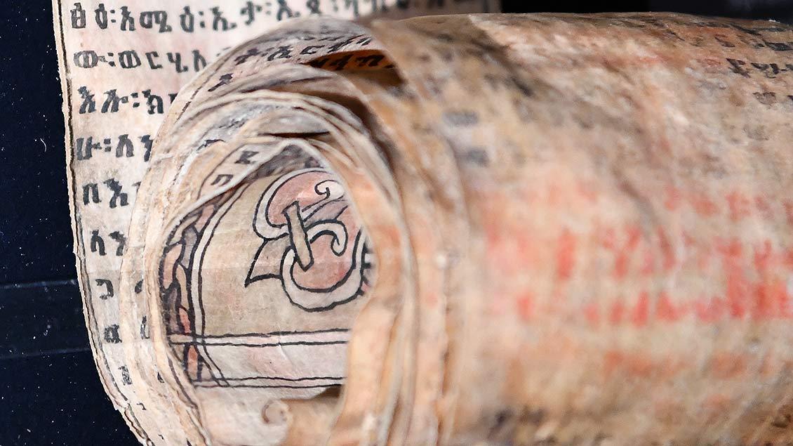 """So genannte """"Zauberrolle"""" mit Beschwörungsformeln in äthiopischer Sprache aus dem 19. Jahrhundert.   Foto: Michael Bönte"""