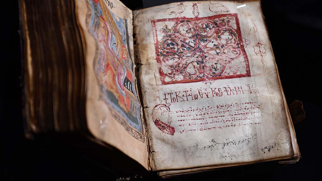 Handschrift in griechischer Sprache auf Pergament aus dem 13. Jahrhundert.   Foto: Michael Bönte