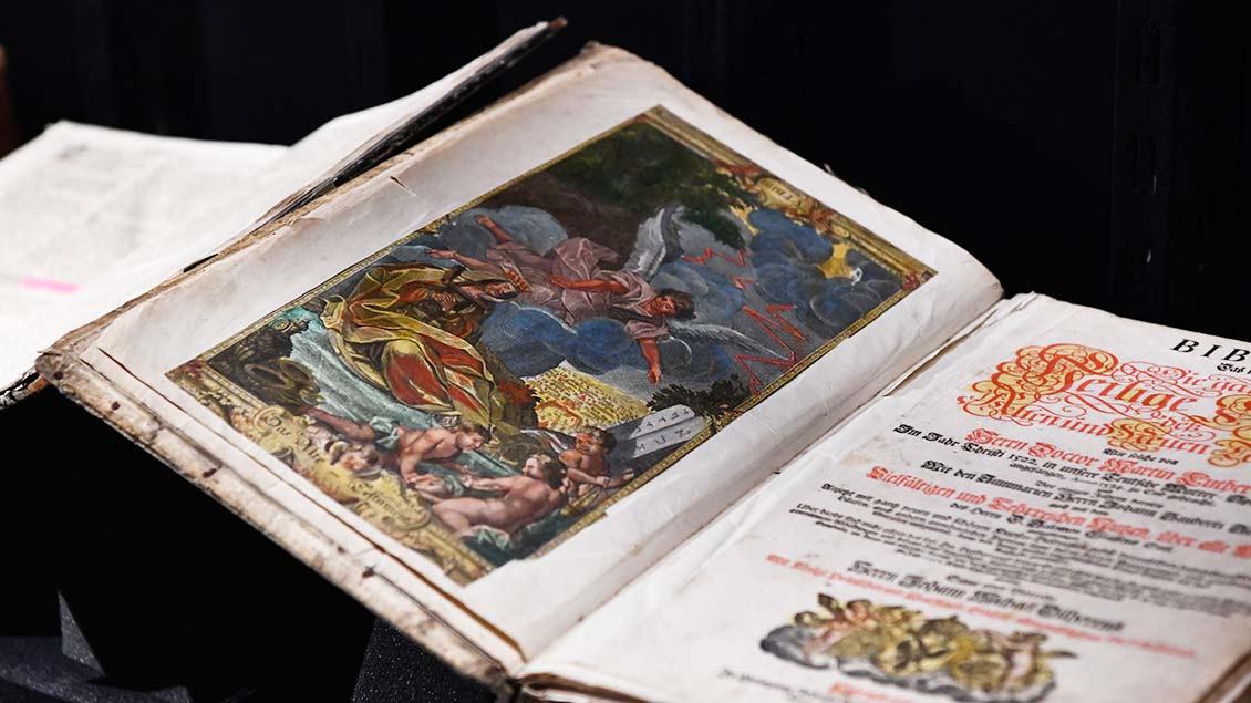 Üppig verzierte Luther-Bibel aus dem Jahr 1747.   Foto: Michael Bönte