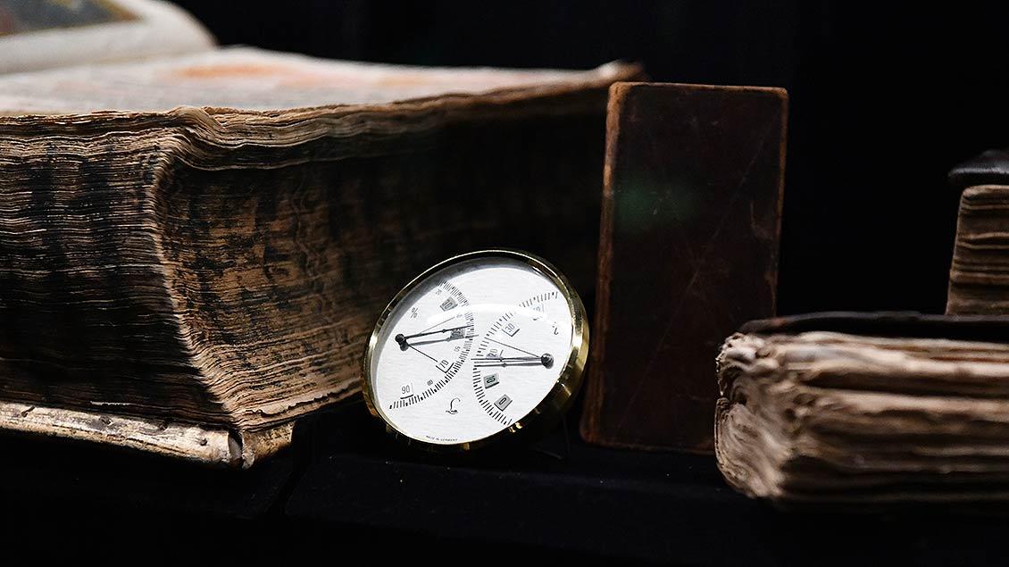 Antikes Hygrometer für die sachgerechte Aufbewahrung von Bibeln in früherer Zeit.   Foto: Michael Bönte