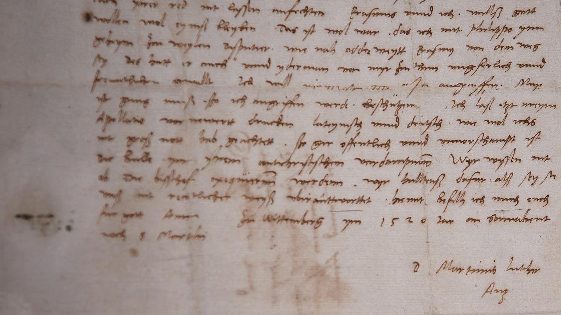 Handschriftlicher Brief mit Unterschrift von Martin Luther aus dem Jahr 1520.   Foto: Michael Bönte