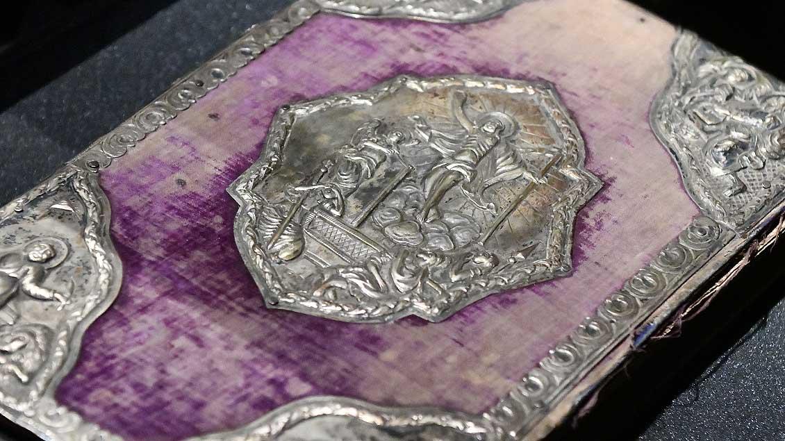 Silberbeschlagenes Evangelistar aus dem Jahr 1844.   Foto: Michael Bönte