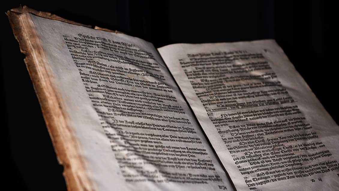 """Die 95 Thesen von Martin Luther in dem Buch """"Aus rechter wahrer Liebe und sonderlichen fleis"""" aus dem Jahr 1564.   Foto: Michael Bönte"""