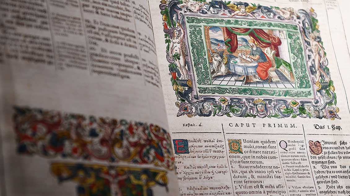 Bibliy sacra Graeca, Latine & Germanice: Dreisprachige Bibel aus dem Jahr 1596.   Foto: Michael Bönte