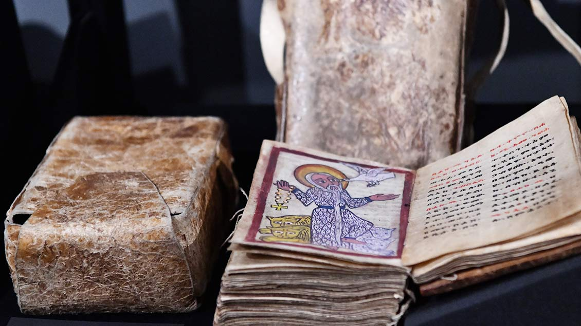 Handschriftliche biblische und liturgische Texte aus Äthiopien mit einem Reisköcher, 19. Jahrhundert.   Foto: Michael Bönte