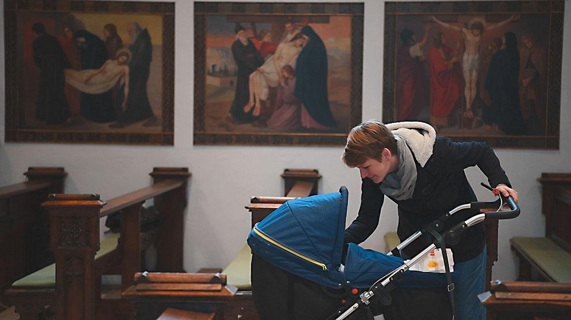 Regina Laudage-Kleeberg geht mit ihrem Kinderwagen durch dei Kreuzkirche von Münster.