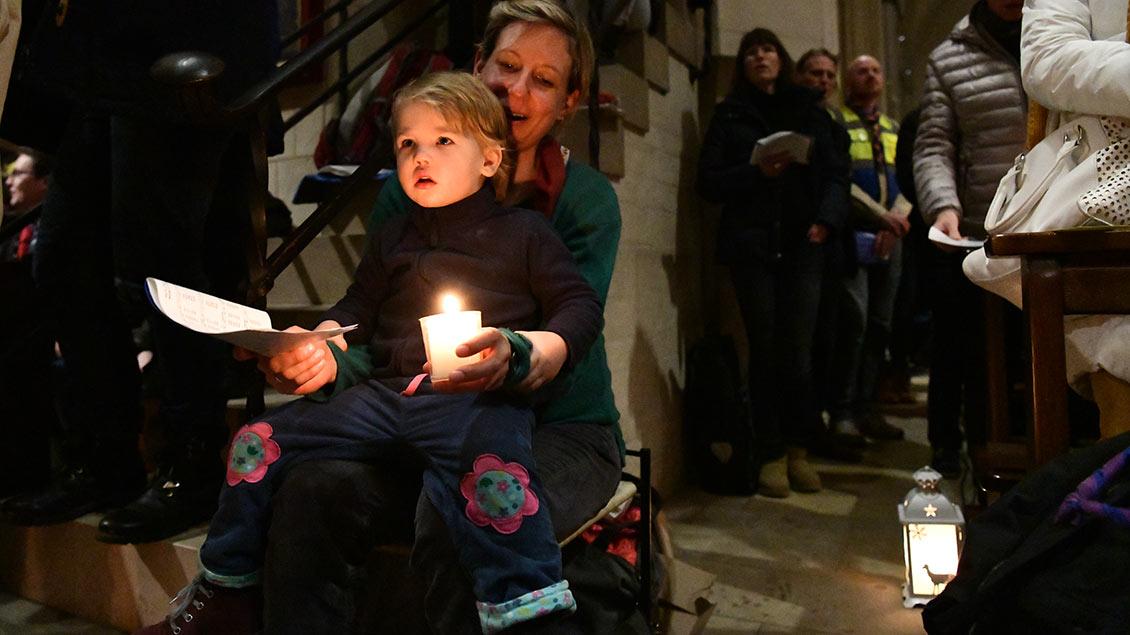 Leuchten in den Augen: Auch kleine Gäste holten sich das Licht aus Bethlehem. | Foto: Michael Bönte