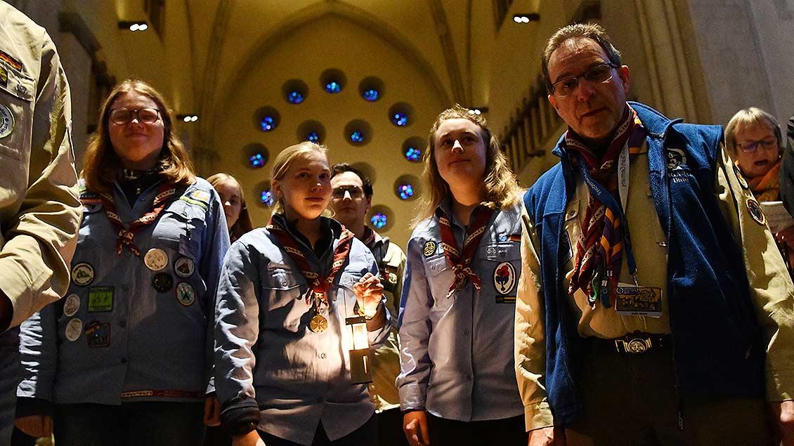 Angekommen: Die Delegation mit dem Friedenslicht wartet im St.-Paulus-Dom auf ihren Einzug. | Foto: Michael Bönte