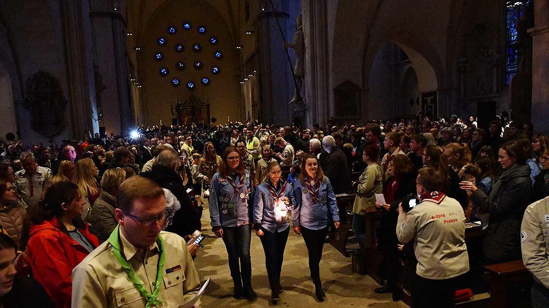 Da ist es: Das Friedenslicht wird offiziell in Münster empfangen.| Foto: Michael Bönte
