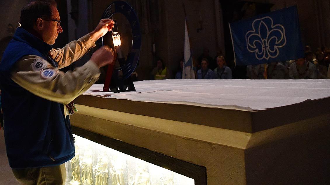 Zentraler Ort: Das Friedenslicht findet seinen Platz auf dem Altar des St.-Paulus-Doms. Foto: Michael Bönte