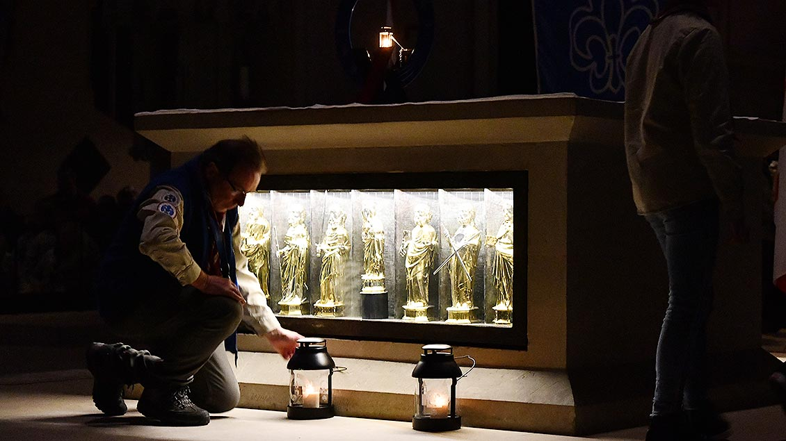 Die Delegation stellt ihre Lichter vor den Altar. | Foto: Michael Bönte