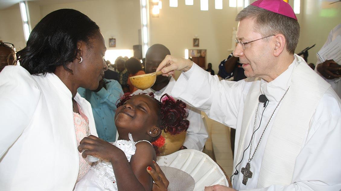 Weihbischof Stefan Zekorn bei der Taufe in Mauretanien.