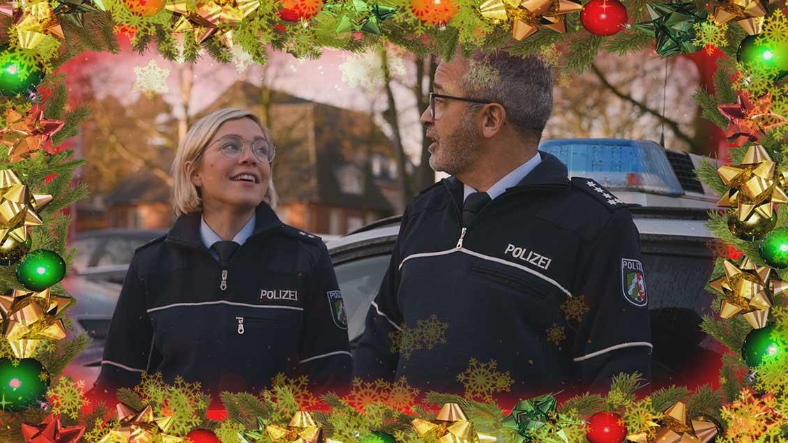 Zwei Polizisten singen.