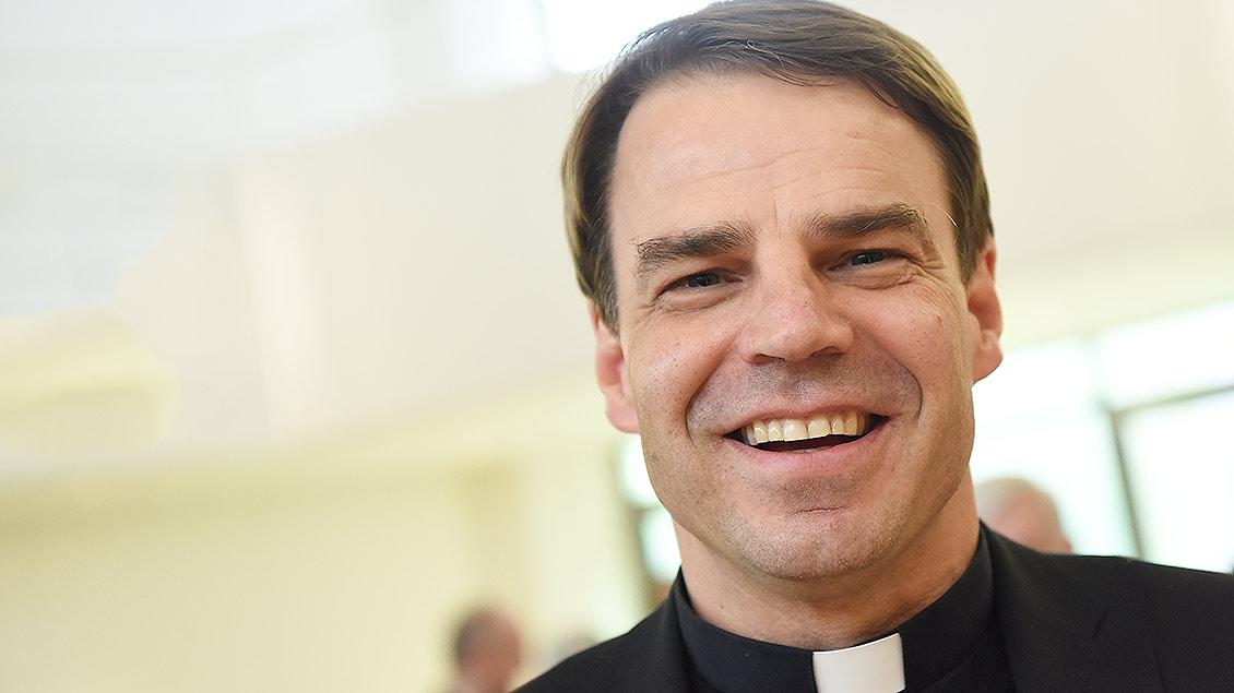 Bischof Stefan Oster lächelt in die Kamera.