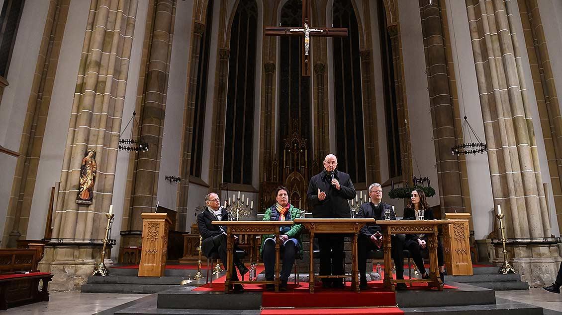 Das Podium des Gesprächsabend in der St.-Margareta-Kirche in Wadersloh.