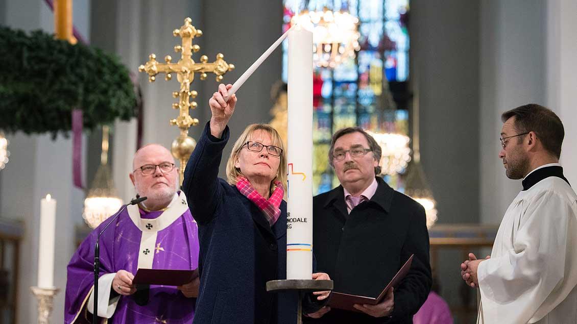 Entzünden der Synodalkerze in München