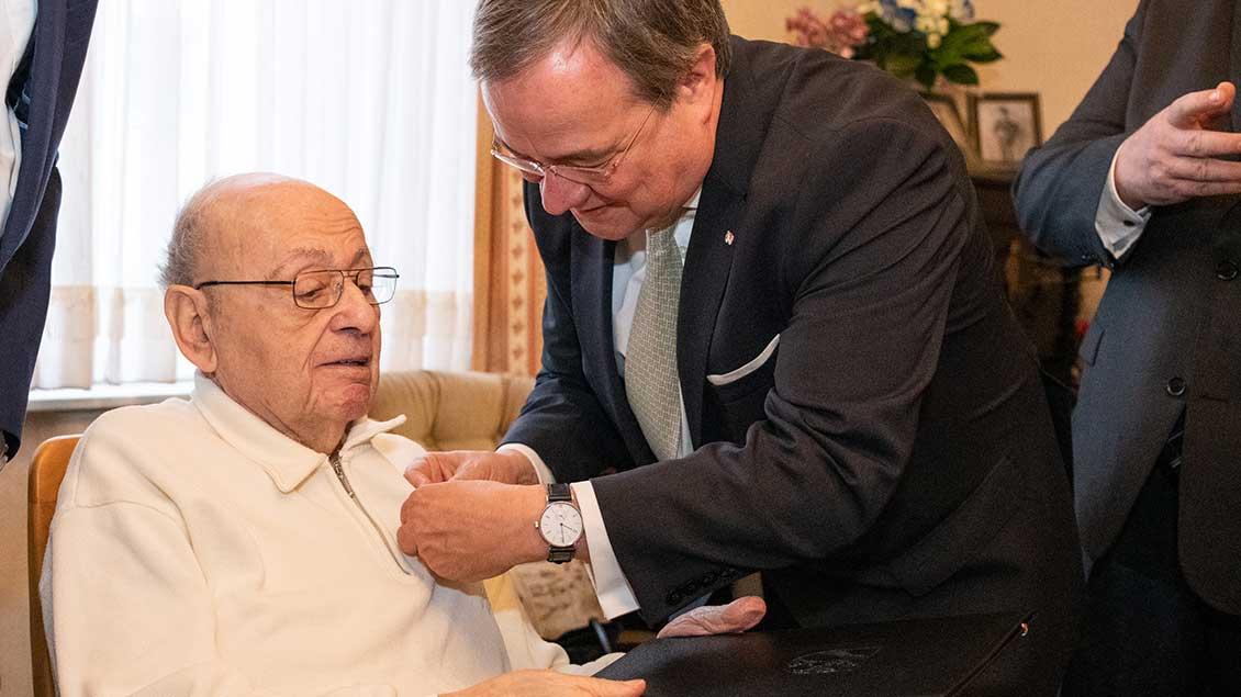 Rolf Abrahamsohn und Ministerpräsident Armin Laschet