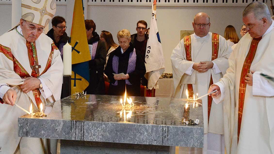 Gemeinsam mit Pfarrer Alfred Voss (rechts) entzündete Bischof Felix Genn den Weihrauch auf dem Altar.
