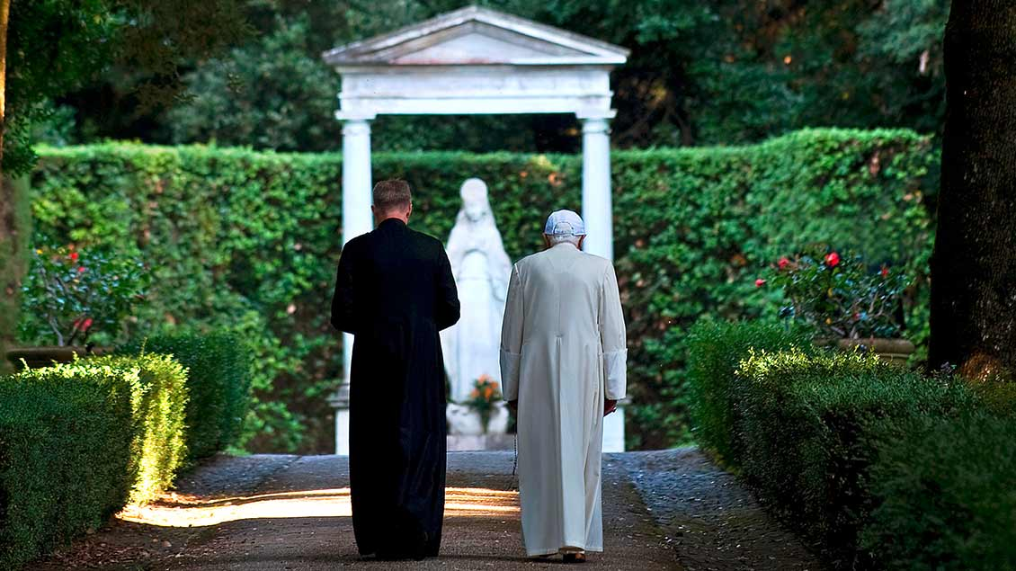 Benedikt XVI. und Georg Gänswein beim Spaziergang im Vatikan