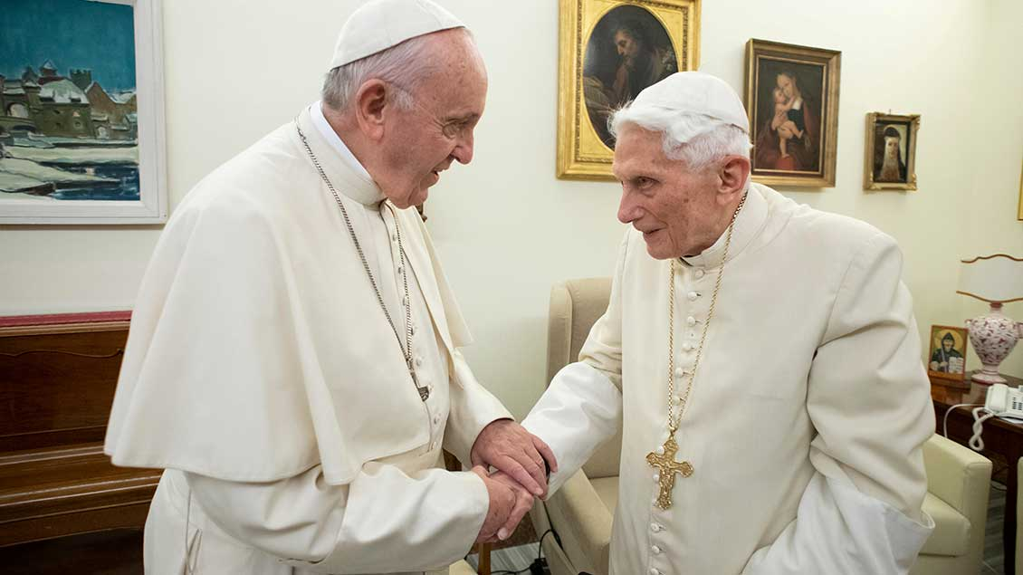 Benedikt XVI. mit Papst Franziskus Archiv-Foto: Vatican Media (Reuters)
