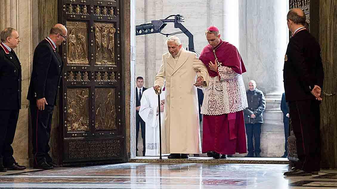 Der emeritierte Papst Benedikt XVI., gestützt von Erzbischof Georg Genswein