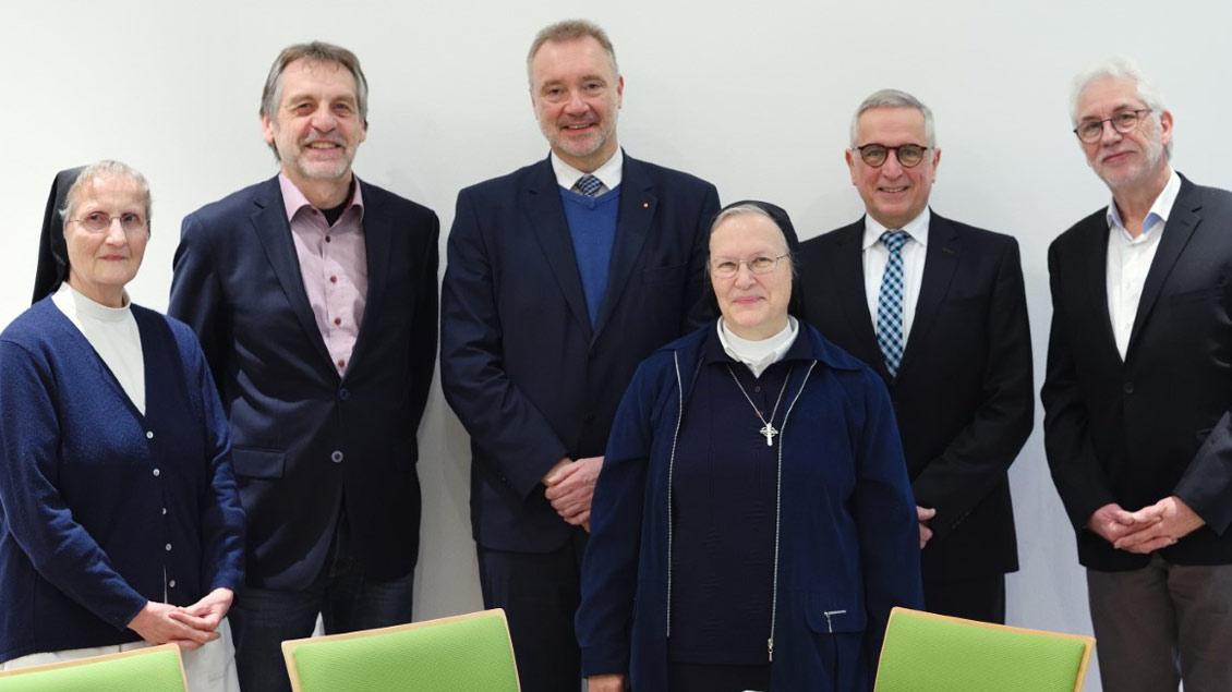 Aufsichtsrat: (von links): Schwester Michaela Blochowicz (Ibbenbüren), Hermann Schedding (Verwaltungsleiter der Deutschen Provinz), Alois Beulting (Münster), Schwester Cordis Ganslmeier, Detlev Becker (Ibbenbüren) und Stephan Schrade (Geschäftsführer)