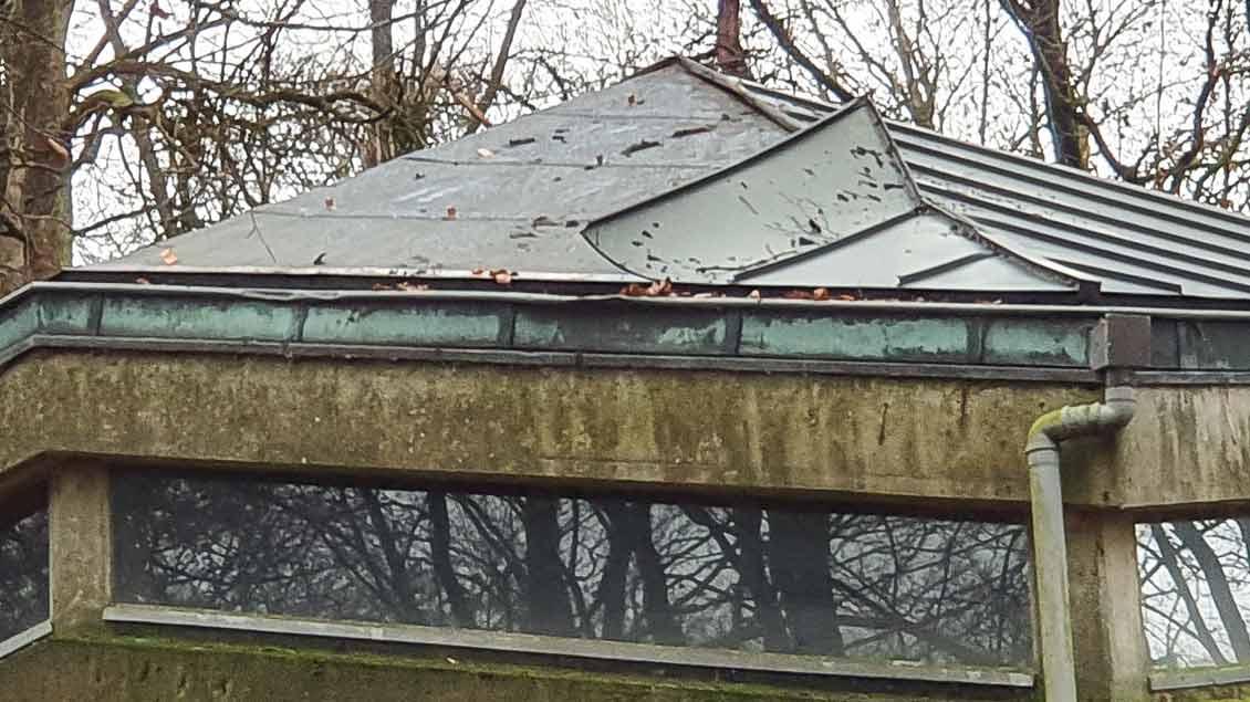 Oben rechts fehlt das Kupfer auf dem Dach der Bruder-Klaus-Kapelle Dörenthe.