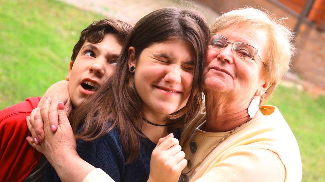 Enkel knuddeln die Oma
