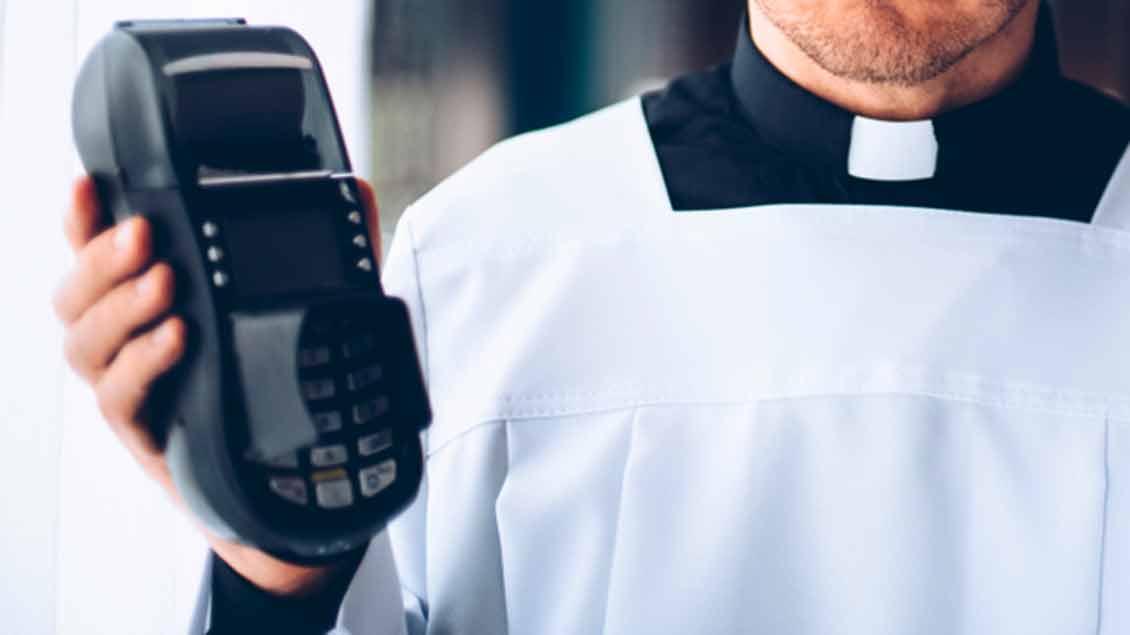 Priester mit Kreditkartenlesegerät